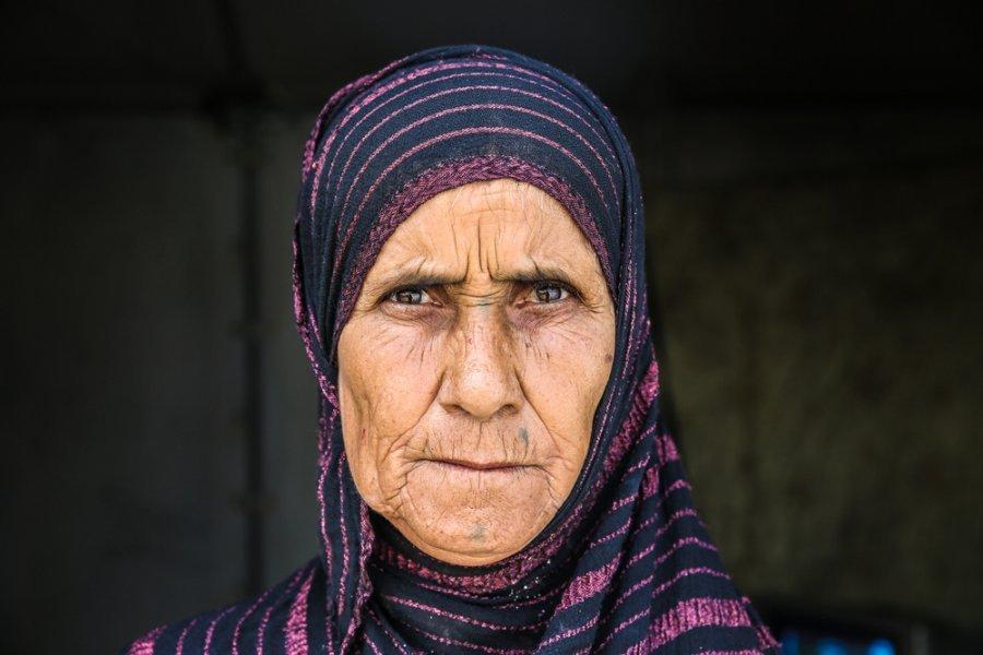 63-летняя Расмия вырастила семерых сыновей и четырех дочерей, а сейчас живет одна в лагере для вынужденных переселенцев Амирия-эль-Фаллуджа.