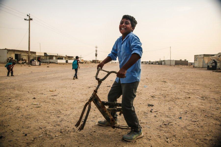 13-летний Хаусиан из Эль-Фаллуджи играет со старым велосипедом. Последние три года они с семьей живут в палатке в лагере Амирия-эль-Фаллуджа. Ирак, октябрь 2018 г.