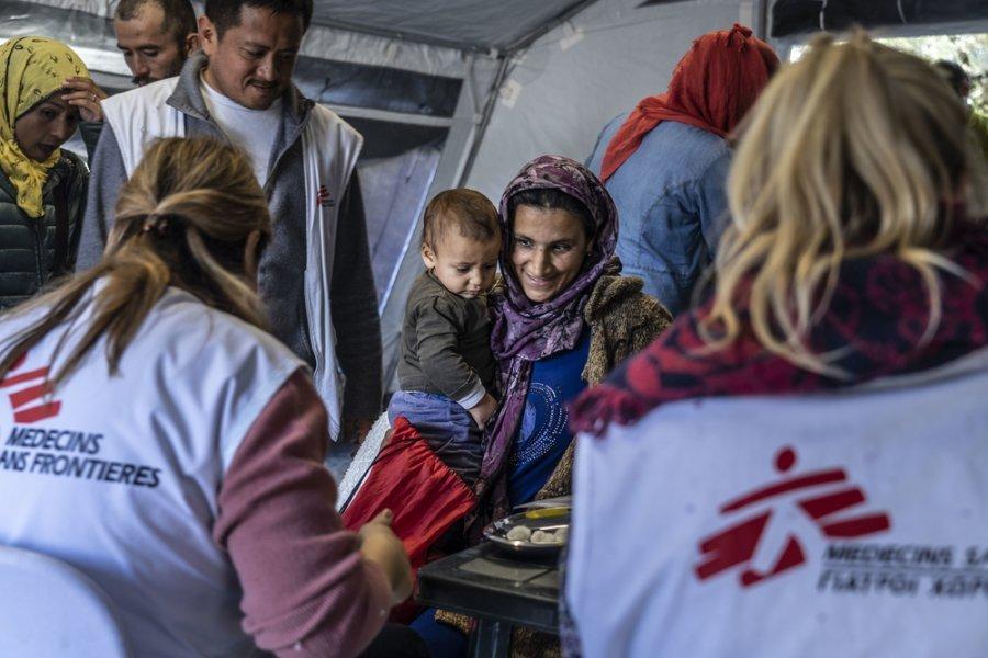 Женщина принесла ребенка для вакцинации от самых распространенных детских болезней во время кампании по вакцинации на острове Лесбос, Греция, ноябрь 2018.