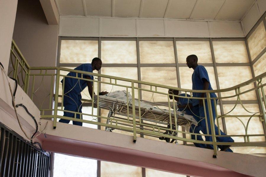 Медицинские работники везут пациента по травматологическому центру MSF в Бужумбуре. Бурунди, декабрь 2015 г.