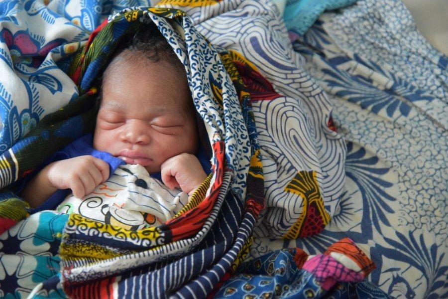 Новорожденный в медицинском центре Фронан, округ Катиола, где MSF оказывает поддержку программам по защите здоровье матери и ребенка в партнерстве с министерством здравоохранения. Кот-д'Ивуар, март 2017 г.