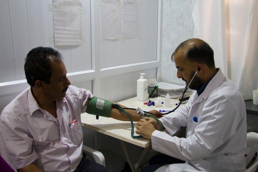 Медбрат и пациент в учреждении первичной медико-санитарной помощи, которое работает при поддержке MSF. Килис, Турция, май 2017 г.