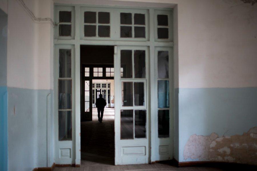 Пациент гуляет по коридорам больницы в Абастумани. Грузия, июль 2018 г.