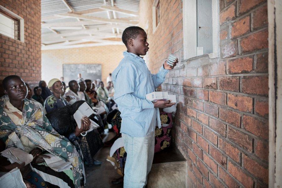18-летний Альфред Нима получает АРВ-препараты в Чирадзулу. Малави, июль 2017 г.