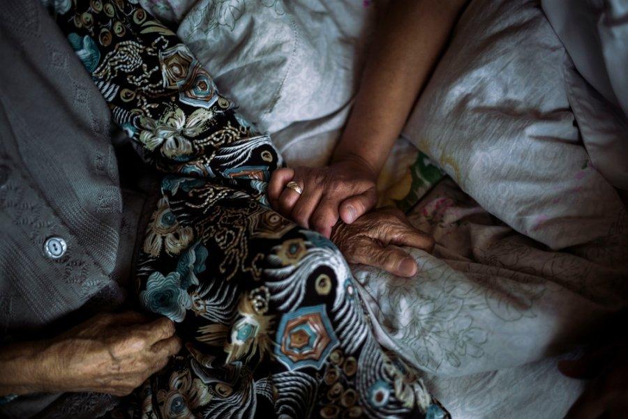 Сотрудник MSF по санитарному просвещению навещает пожилую узбекскую женщину, которая получает паллиативную помощь в рамках проекта MSF по лечению туберкулеза в Оше. Кыргызстан, август 2017 г.
