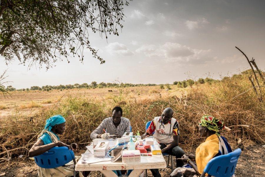 Пациенты в мобильной клинике в деревне Киер, расположенной по берегам реки Пибор. Южный Судан, декабрь 2017 г.