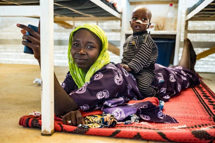 17-летняя Сара Гудсу и ее полуторагодовалый сын Брагим Бана в районной больнице Моры, где команды MSF лечат Брагима от недоедания. Камерун, январь 2018 г.