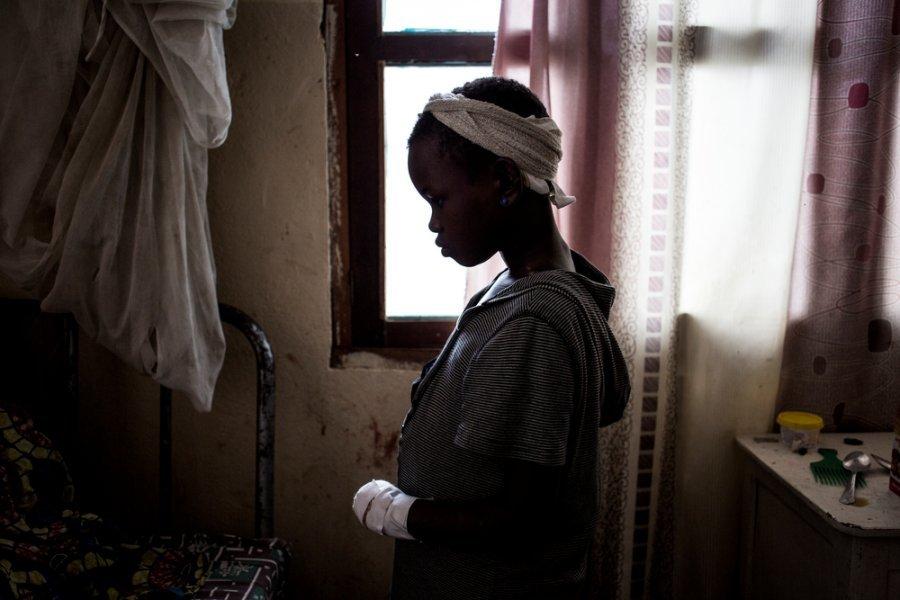 11-летняя девочка восстанавливает силы в палате больницы Бунии. Она была ранена, а ее мать, братья и сестры погибли во время нападения на их деревню в провинции Итури. Демократическая Республика Конго, март 2018г