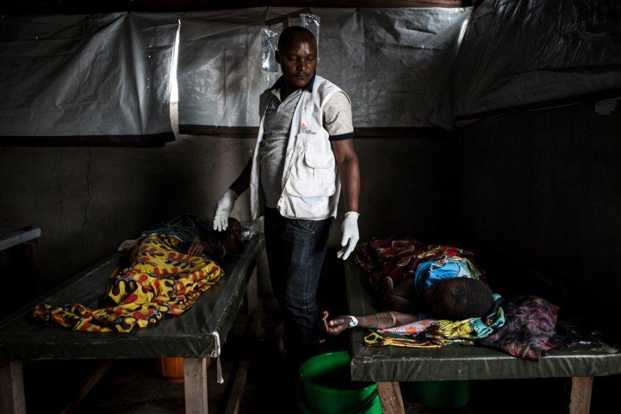 Медбрат MSF проверяет больных холерой в центре лечения холеры в Чоми, работающем при поддержке MSF. Демократическая Республика Конго, март 2018г.