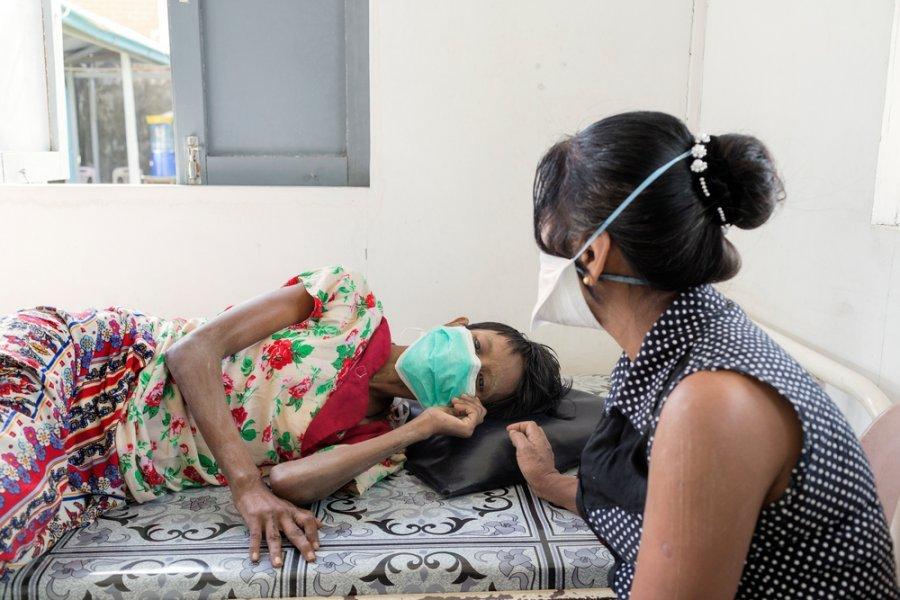 42-летняя Тин Лей во время подготовки к лечению туберкулеза в клинике MSF Инсейн. Янгон, Мьянма, февраль 2018 г.