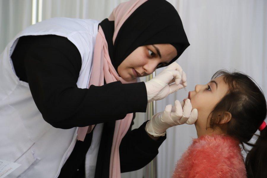 Медсестра MSF дает девочке полиовирусную вакцину в рамках программы вакцинации в лагерях для беженцев Шатила и Сабра. Ливан, март 2018 г.