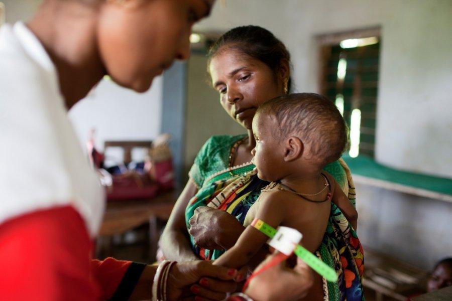 16-месячная Сомаи Соя проходит диагностику недоедания путем измерения окружности середины плеча. Джаркханд, Индия, октябрь 2017 г.