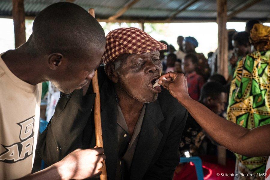 Пожилой мужчина получает вакцину против холеры в Кьянгвали, округ Хоима. Уганда, май 2018 г.