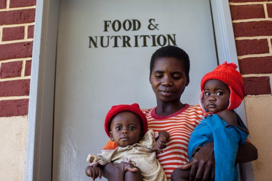 34-летняя беженка Мария из Демократической Республики Конго с двумя близнецами в учреждении MSF, где дети получают лечение недоедания. Замбия, март 2018 г.