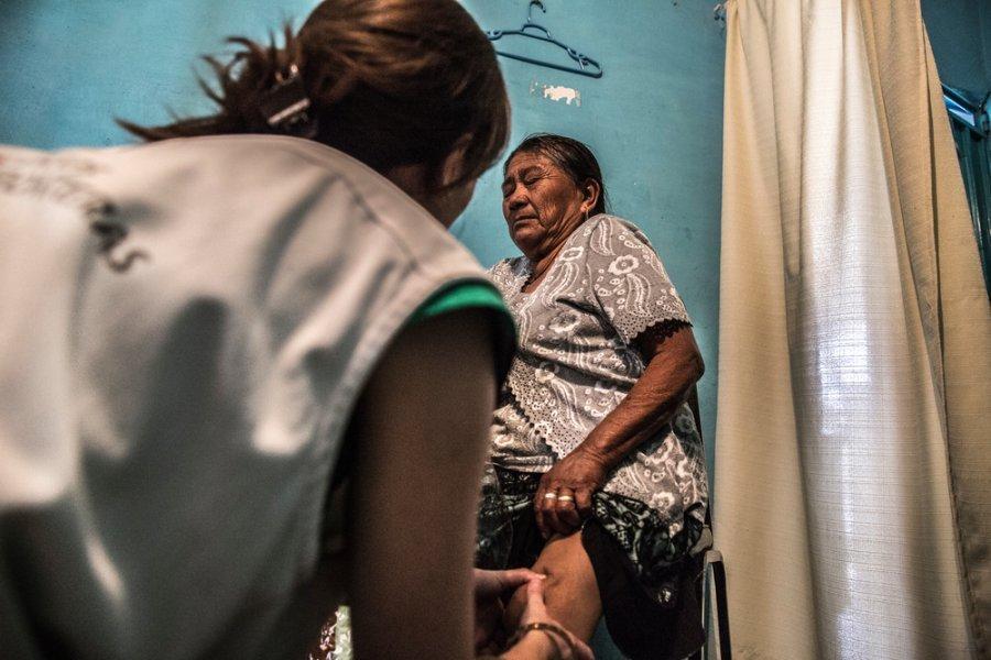 Сотрудница мобильной команды MSF помогает пациентке в одной из деревень штата Герреро. Мексика, февраль 2018 г.