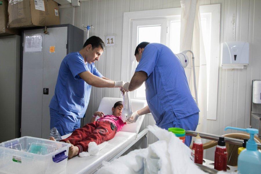 Д р Мухаммед Салих с коллегой лечат юного пациента в отделении неотложной помощи в больнице Наблуса, расположенного на западе Мосула. Ирак, март 2018 г.