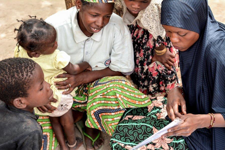 Самира, общественный волонтер на медицинском участке Магарии, рассказывает матерям, как выявить у детей недоедание путем измерения середины окружности плеча. Нигер, май 2018 г.