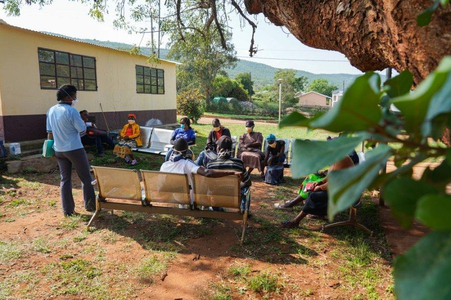 Группа поддержки в клинике Матсанджени, где MSF и министерство здравоохранения оказывают помощь пациентам с ВИЧ и туберкулезом по месту их проживания. Округ Шиселвени, Эсватини, апрель 2018 г.