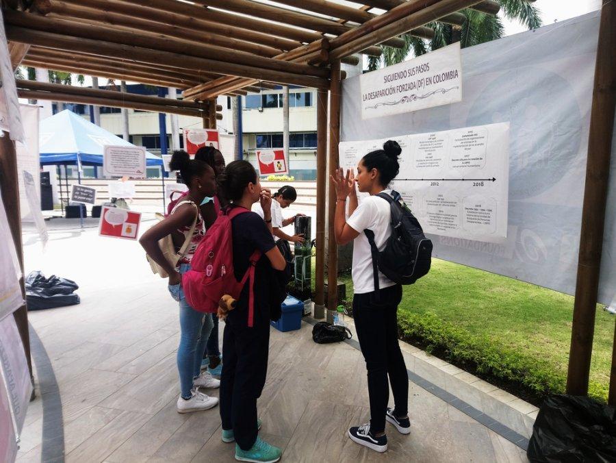 Выставка, посвященная теме насильственным исчезновениям людей. Университет Саньяго-де-Кали, Колумбия, август 2018 г.