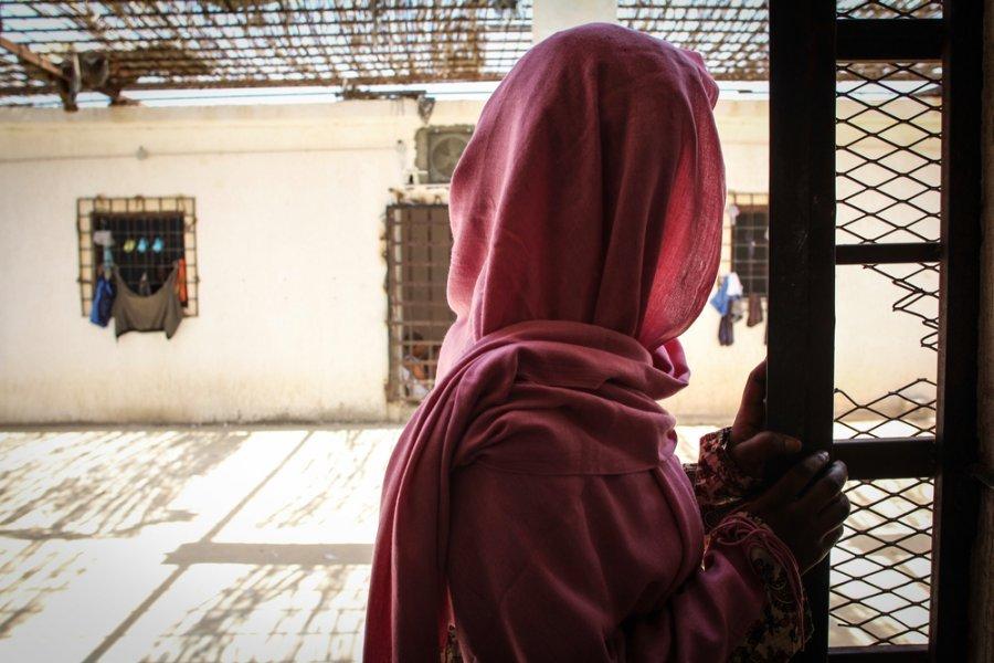 Женщина в центре временного содержания под стражей, куда ее поместили после задержания в море. Ливия, сентябрь 2018 г.