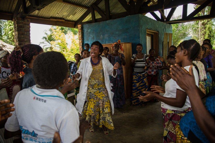 Специалист по санитарному просвещению использует песни для обучения молодых матерей и беременных женщин в центре первичной медико-санитарной помощи в Тшонке, провинция Южное Киву. Демократическая Республика Конго, апрель 2018г.