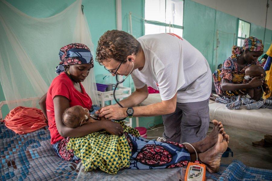 Педиатр MSF д р Николя Перо осматривает пациента в отделении интенсивной терапии в районной больнице Магарии. Нигер, сентябрь 2018 г.