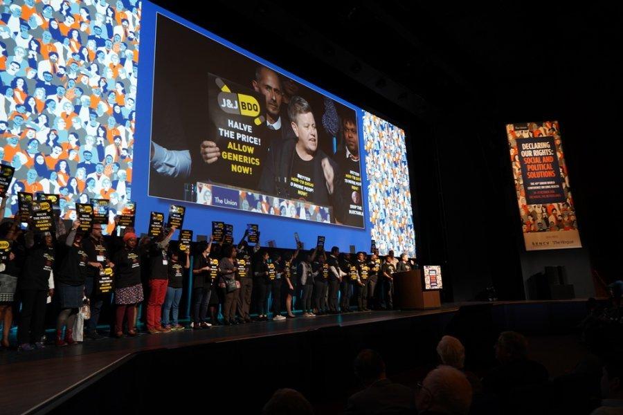 На 49-й Всемирной конференции по здоровью легких в Гааге MSF и другие гражданские организации призвали фармацевтическую компанию Johnson & Johnson снизить цену на важнейший противотуберкулезный препарат бедаквилин.