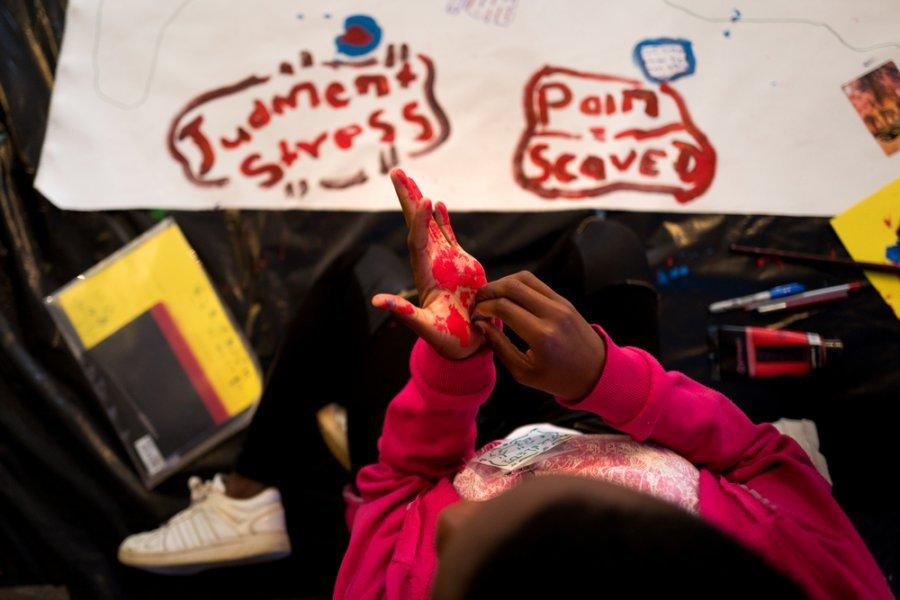 Пациент на воркшопе по рисованию «карты тела» для подростков, переживших сексуальное насилие. Рюстенбург, ЮАР, июль 2018 г.