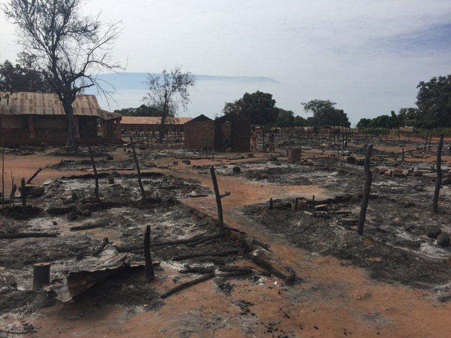 Руины деревни Батангафо через неделю после жестокого столкновения между вооруженными группировками. ЦАР, ноябрь 2018 г.