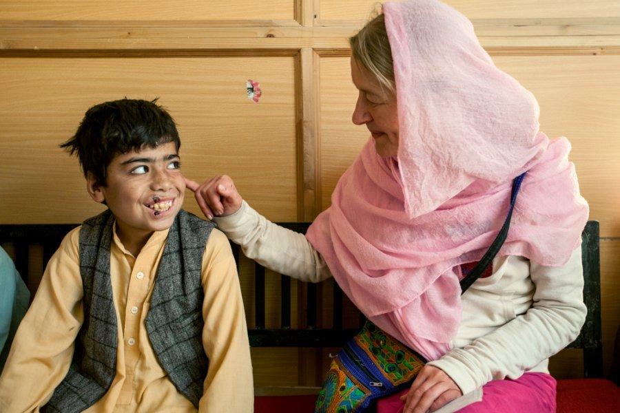 Сюзетт Кеминк и 11 летний мальчик с кожным лейшманиозом смеются в больнице им. Беназира Бхутто в Кветте. Пакистан, октябрь 2018 г.