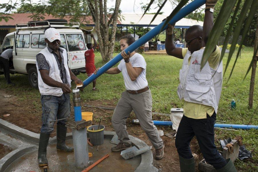 9 ноября 2018 г. Эксперты MSF по водоснабжению и санитарии устанавливают водяной насос в клинике Абдоким, штат Кросс-Ривер. Нигерия, ноябрь 2018 г.