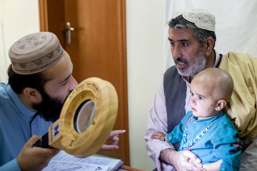 Дерматолог MSF д р Шакиль Ашраф проверяет ребенка на кожный лейшманиоз в больнице им. Беназира Бхутто в Кветте. Пакистан, октябрь 2018 г.