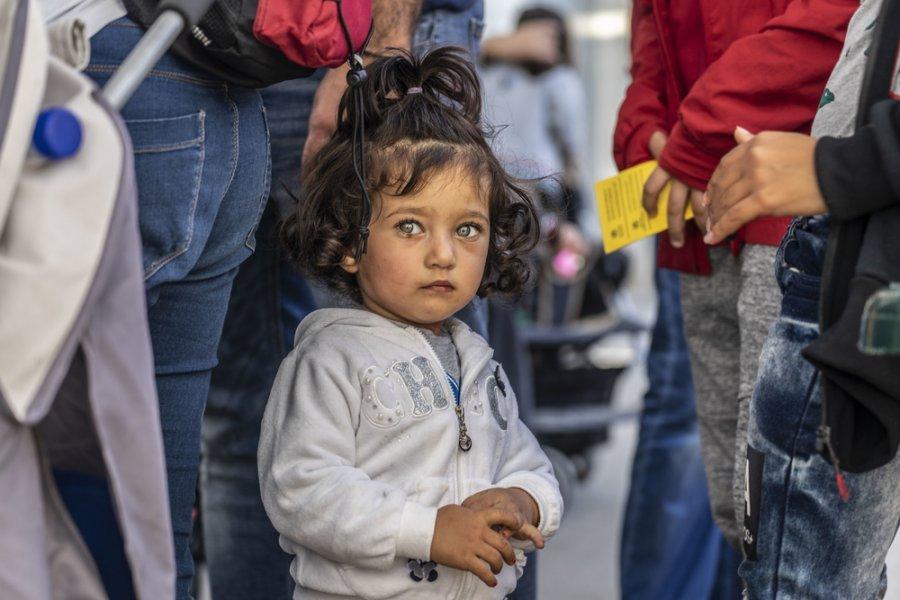 Маленький ребенок, живущий в лагере для беженцев Виал на острове Хиос, ожидает вакцинации. Греция, октябрь 2018 г.