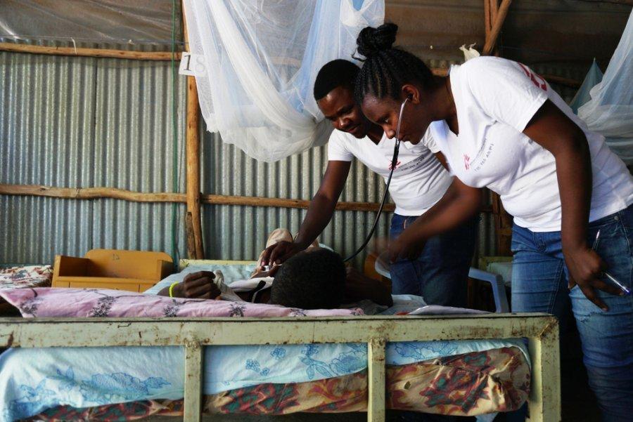 Руководитель медицинской команды д р Эрнест Ншимийимана и клинический специалист Лея Хайлейесус осматривают пациентов в палате лечения висцерального лейшманиоза в медицинском центре Абдурафи. Эфиопия, ноябрь 2018 г.