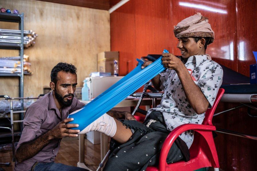 18-летний Али и физиотерапевт MSF Фарук в больнице MSF в Мохе. Али пострадал в результате взрыва мины в окрестностях Мавзы, к востоку от Мохи. Ему ампутировали правую ногу до колена. Йемен, декабрь 2018 г.