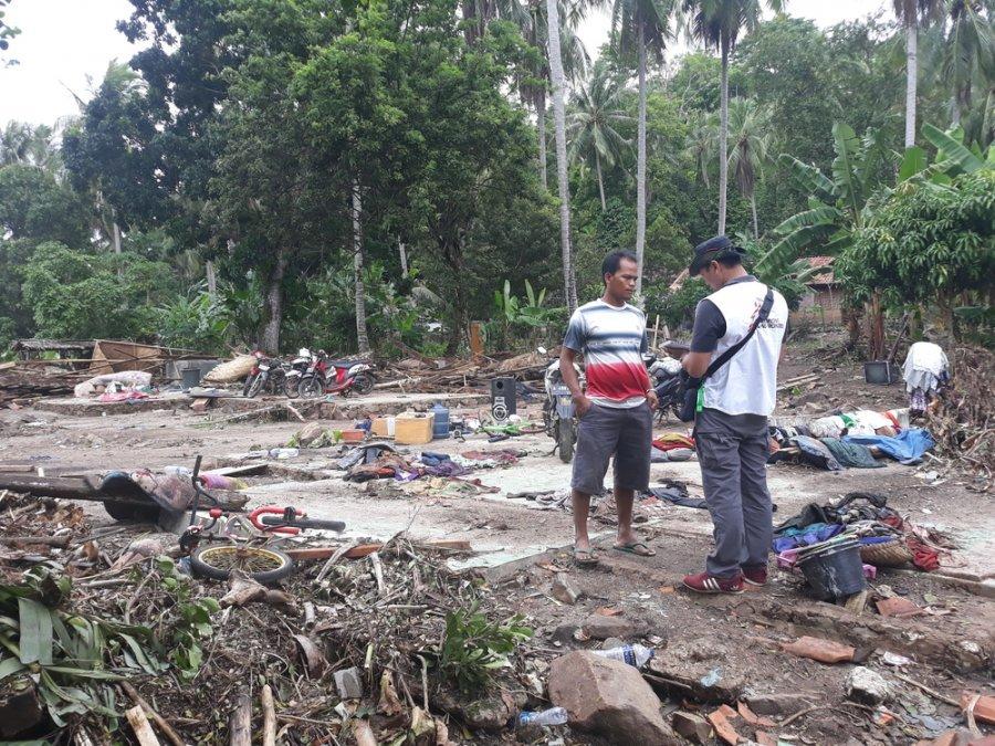 Ахмад Сурьяди расспрашивает жителя деревни Танджунгджая, пострадавшей от цунами. Округ Пандегланг, Индонезия, декабрь 2018 г.