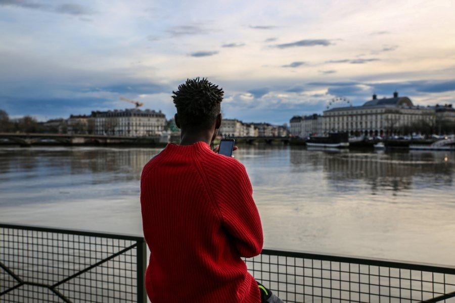 Мигрант смотрит на реку Адур в Байонне. Франция, декабрь 2018 г.