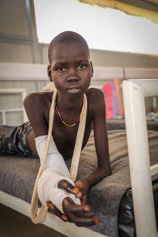 Десятилетнюю Авьен Магур укусила змея во время сна. Дядя Авьен пять часов нес ее на спине в больницу Агок, где она получила три дозы противоядия и перенесла более 19 фасциотомий — хирургических операций по спасению конечности. Южный Судан, октябрь 2018 г.