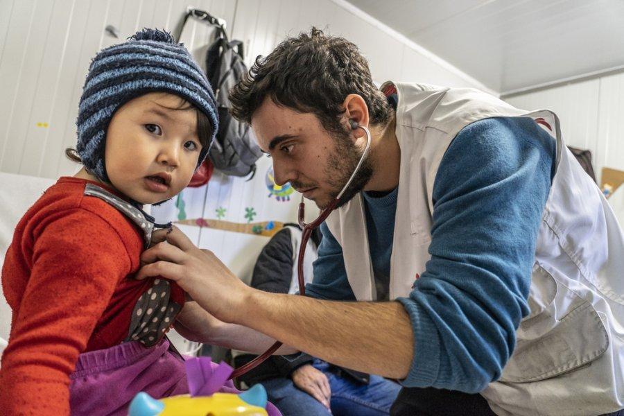 Врач MSF Леонидас Алексакис осматривает ребенка в детской больнице MSF, расположенной неподалеку от лагеря Мории. Остров Лесбос, Греция, январь 2019 г.