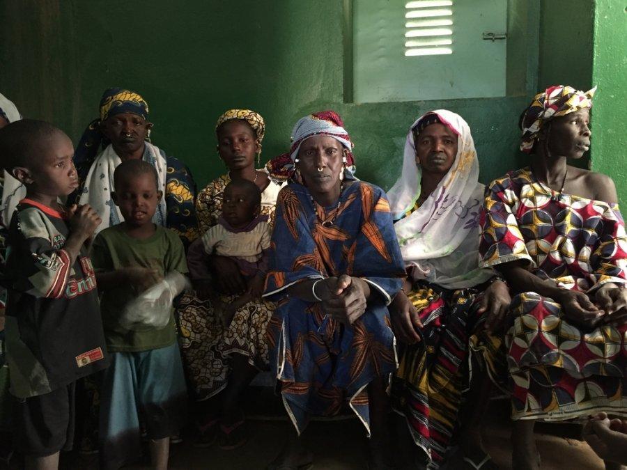 24 декабря 2018 г. Пациенты и опекуны ждут врачей мобильной клиники MSF в Диафарабе, к западу от Тененку. Мали, декабрь 2017 г.