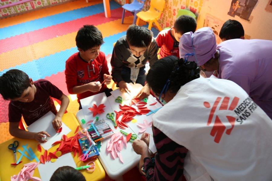Сотрудник MSF занимается игровой терапией с детьми, больными туберкулезом, — это часть комплексной психологической помощи MSF, доступной для пациентов с туберкулезом. Душанбе, Таджикистан, сентябрь 2018 г.