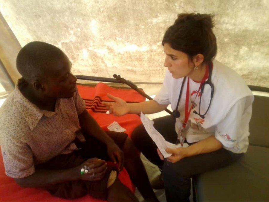 Врач MSF осматривает пациента с травмами, которого унесло течением во время ливневых дождей, вызванных циклоном Идаем. Чиманимани, Зимбабве, март 2019 г.