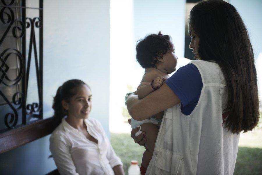 Синди с ребенком в клинике матери и ребенка в Чоломе, которая работает при поддержке MSF. Гондурас, февраль 2019 г.