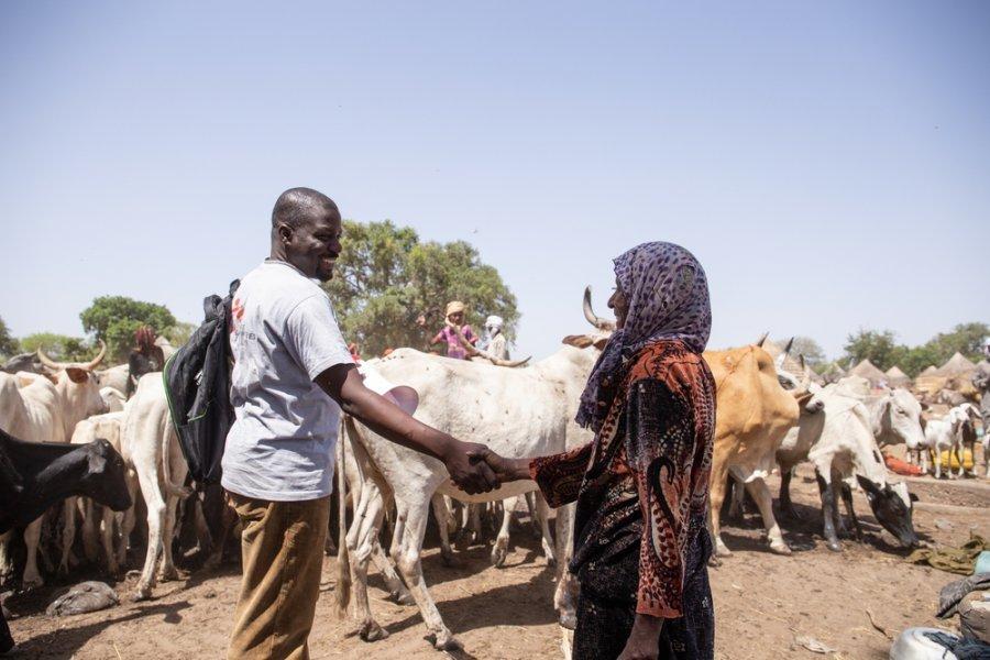 На окраине Джуны сотрудник подразделения быстрого реагирования MSF рассказывает женщине из кочевого племени о прибытии наших бригад по вакцинации. Район Ам-Тиман, Чад, апрель 2019 г.
