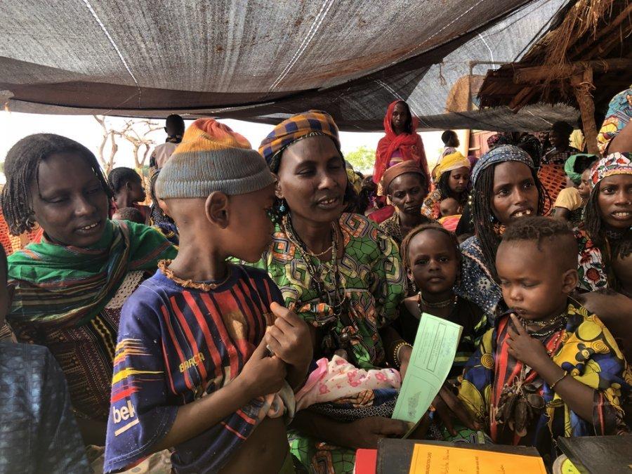 Женщины с детьми на двухдневной программе MSF по вакцинации в Мингале. Этот район труднодоступен из-за плохих дорог и опасной обстановки. ЦАР, март 2019 г.