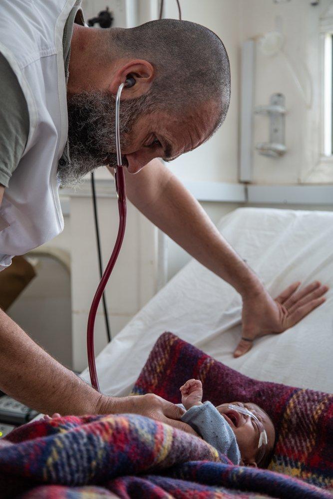 Доктор Скайни в больнице Хайдан осматривает двухмесячного Кенана, страдающего от апноэ и дыхательной недостаточности. Мухафаза Саада, Йемен, апрель 2019 г.