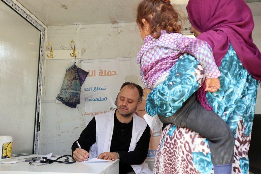 Врач мобильной клиники MSF Мохамед Якуб консультирует женщину с ребенком, которая недавно покинула родной дом на северо-западе Сирии из-за военного конфликта. Май 2019 г.