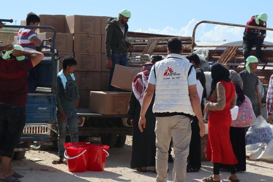 MSF раздает воду и предметы первой необходимости новоприбывшим в лагерь для вынужденных переселенцев на северо-западе Сирии. Май 2019 г.