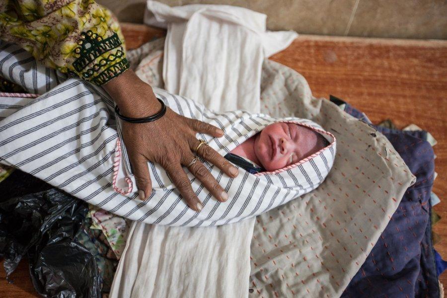 Бабушка пеленает новорожденного внука перед выпиской из медучреждения MSF в Дера-Мурад-Джамали, Белуджистан. Пакистан, ноябрь 2018 г.