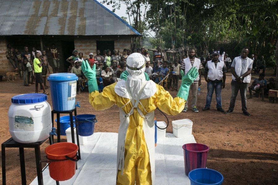 Специалисты MSF по водоснабжению и санитарии прибыли в деревню Ндйову для дезинфекции дома пациента, у которого нашли лихорадку Ласса в клинике Абакалики. Нигерия, май 2019 г